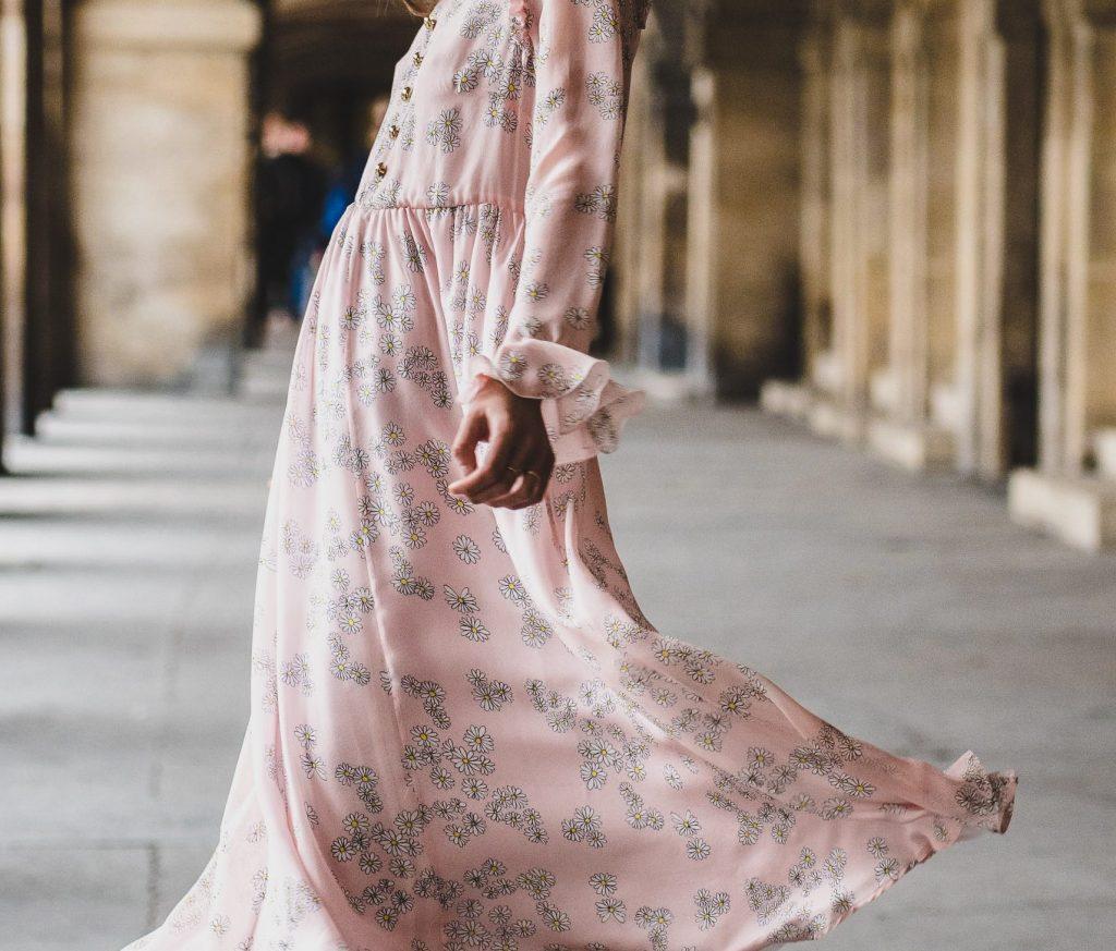 Kjole, sommerkjole, pink, lyserød, lille, pige, outfit, look, usikker, genert, glo, piger (Foto:Unsplash)