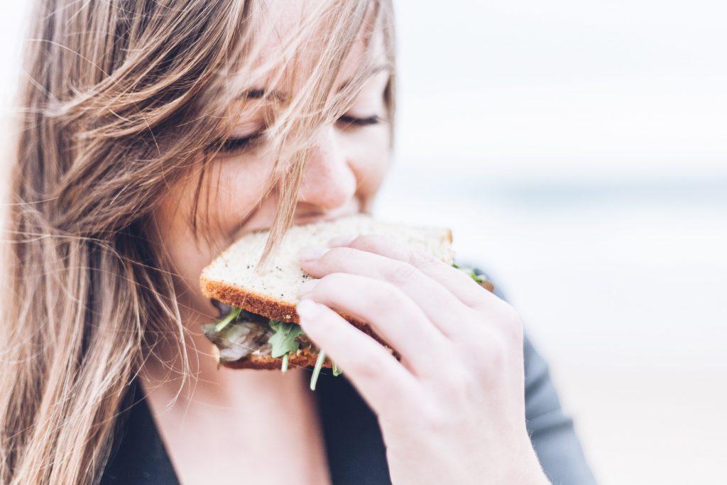 pige sandwich spiser mad ansigt (Foto: Unsplash)