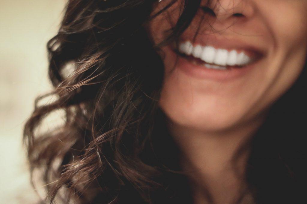 tænder kvinde ansigt hår smil læber (Foto: Unsplash)