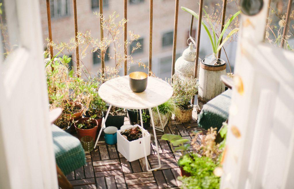 altan grønne planter hygge lejlighed altankasser (Foto: Unsplash)