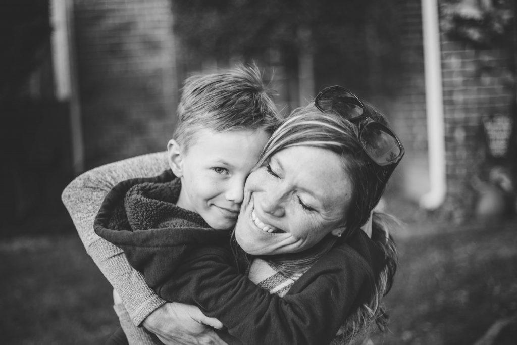 Mor, kram, underværker, moder, tryg, tryghed, søn, mor (Foto:Unsplash)