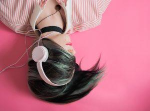 pige høretelefoner lytter musik podcast (Foto: Unsplash)