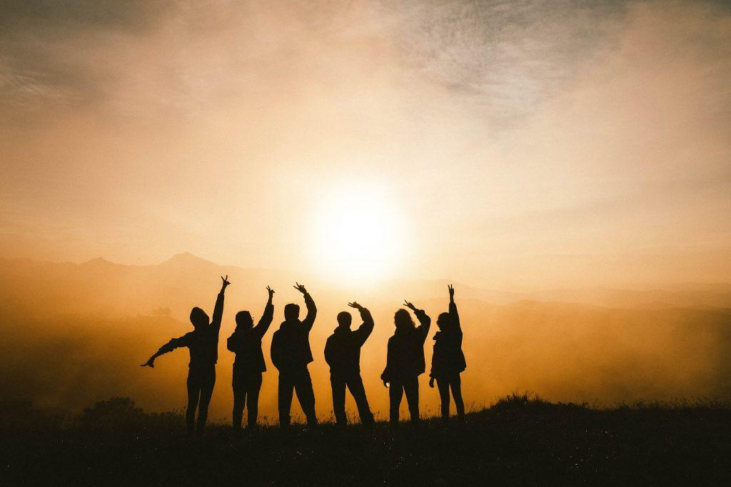 silhouet skygge mennesker solnedgang venskab (Foto: Unsplash)