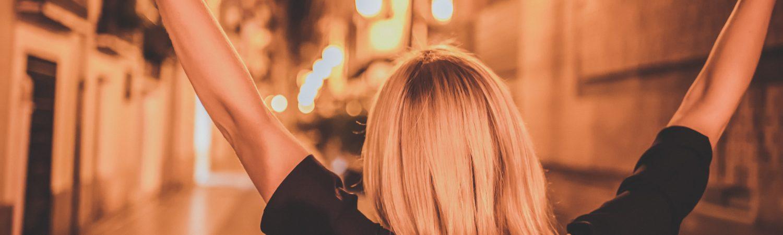 kvinde glad hår arme op (Foto: Unsplash)