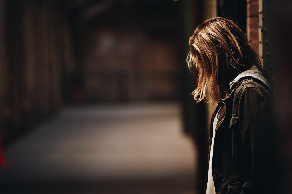 pige tænker trist ansigt (Foto: Unsplash)
