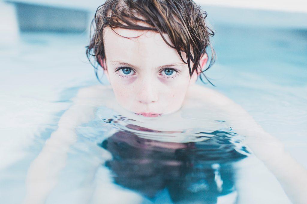 dreng vand ansigt (Foto: Unsplash)