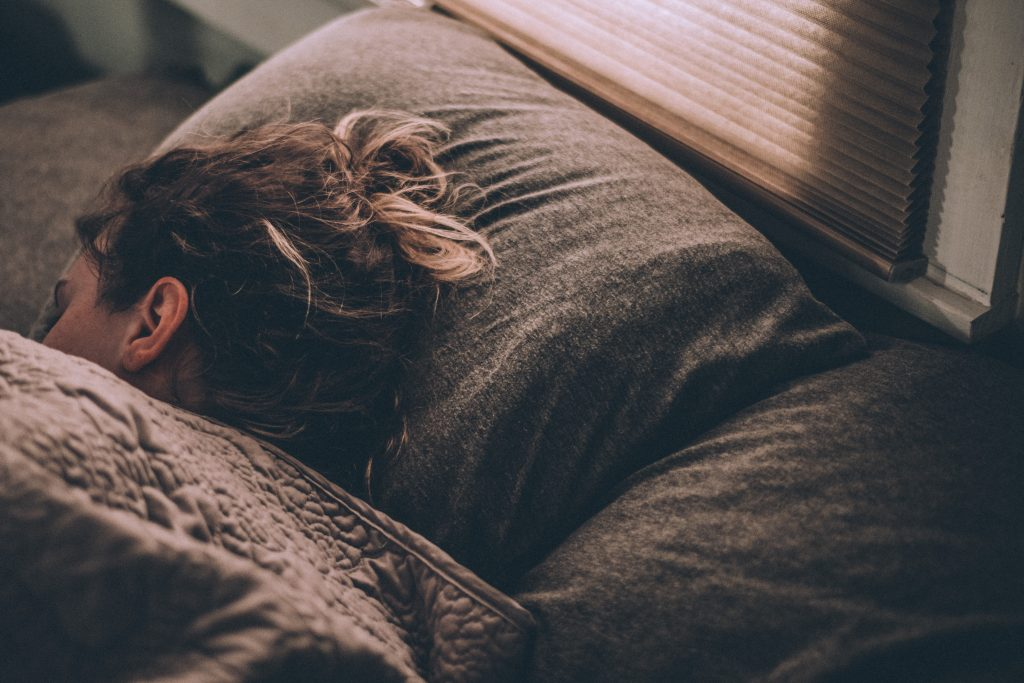 sov træt pige dyne (Foto: Unsplash)