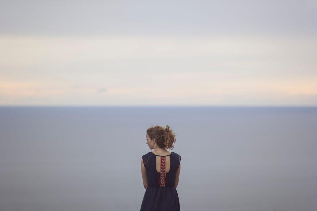 kvinde ryg tænker havet horisonten (Foto: MY DAILY SPACE)