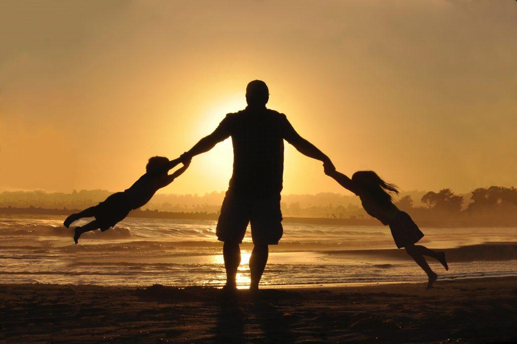 solnedgang familie børn ferie Foto: Unsplash)