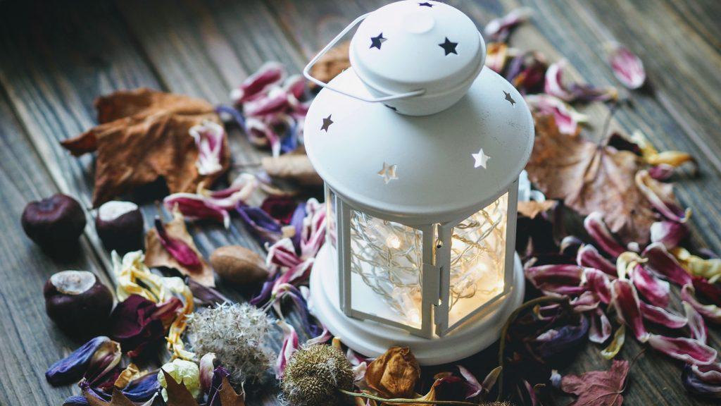 hygge blade lanterne efterår (Foto: Unsplash)