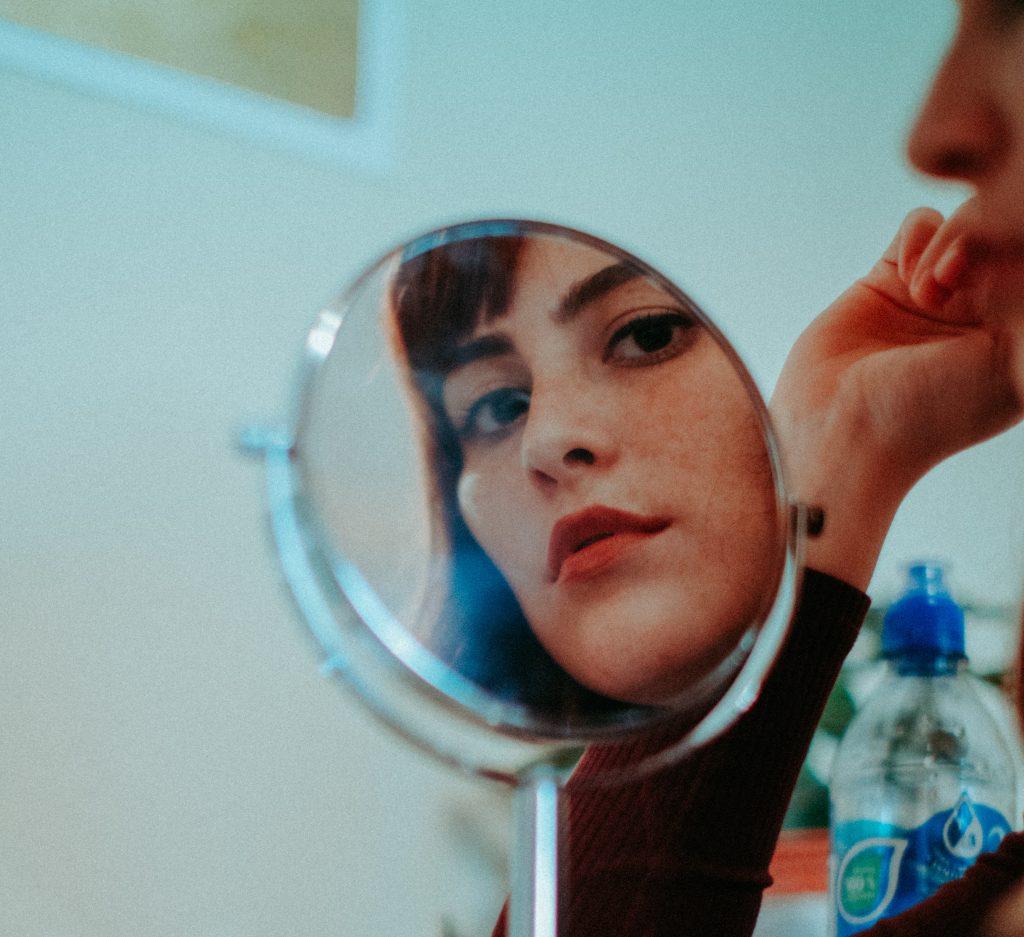Søgelyset, fokus, kærlighed, breakup, kvinde, se, digselv, i spejlet(Foto:Unsplash)