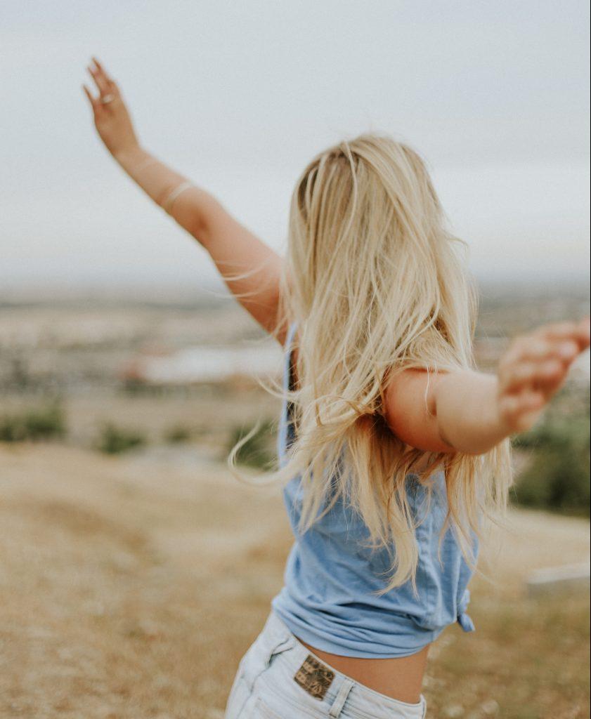 pige arme ud glad hår (Foto: Unsplash)