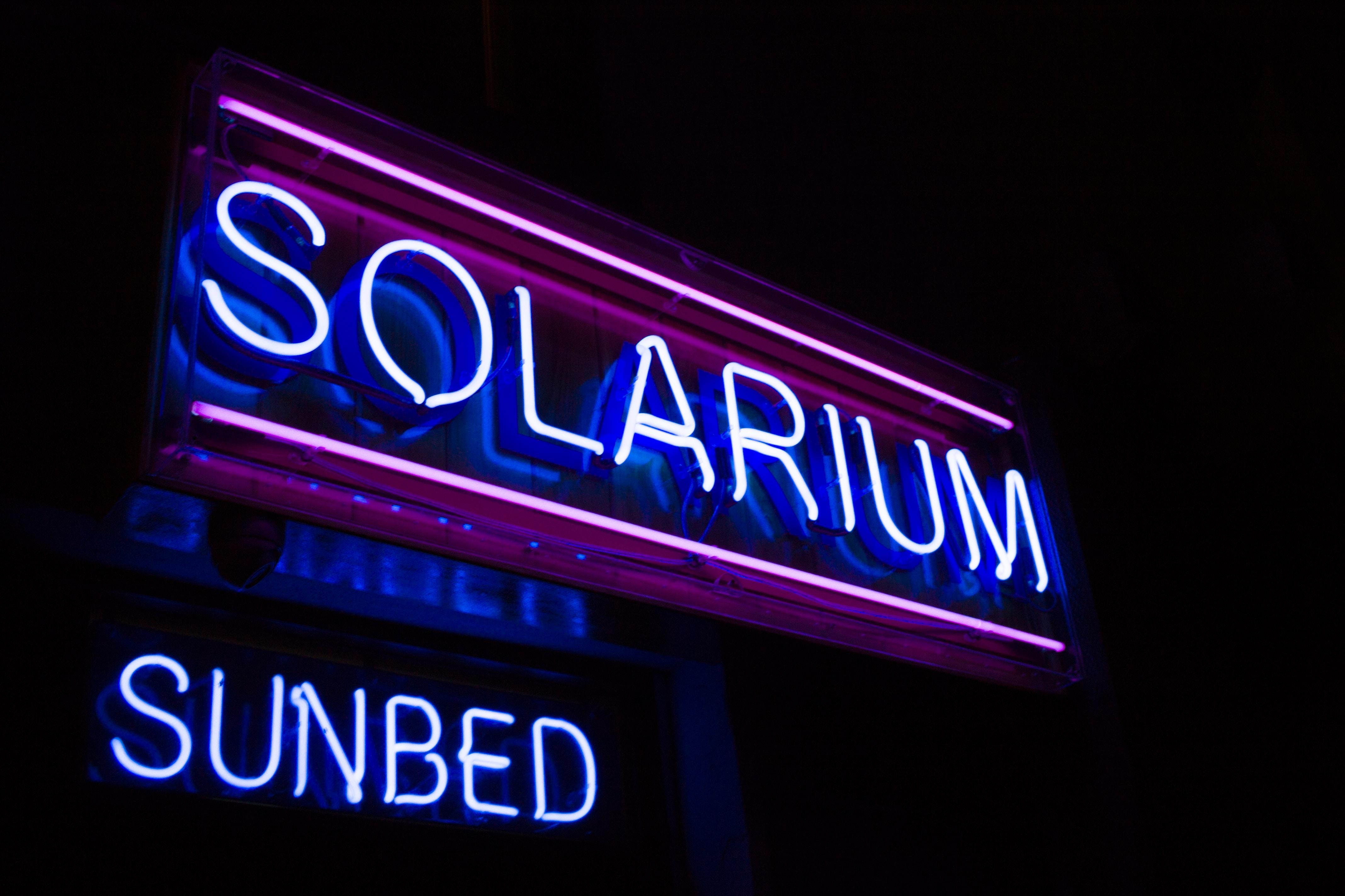 sol solarium skilt neon
