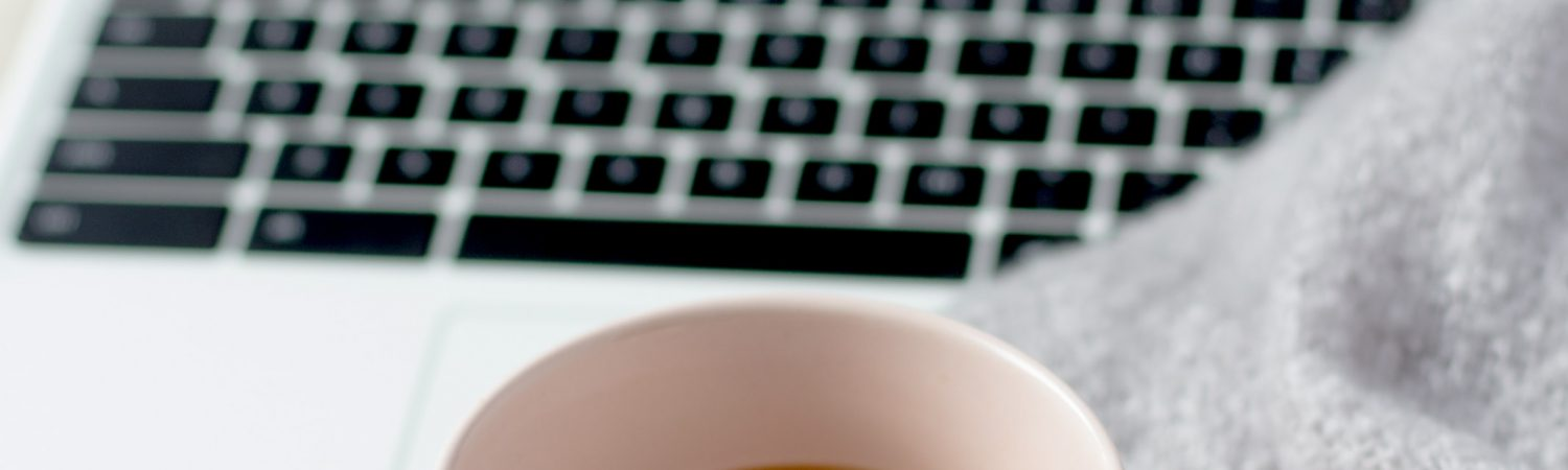 computer kaffe binge hygge streaming weekend efterår (Foto: Unsplash)