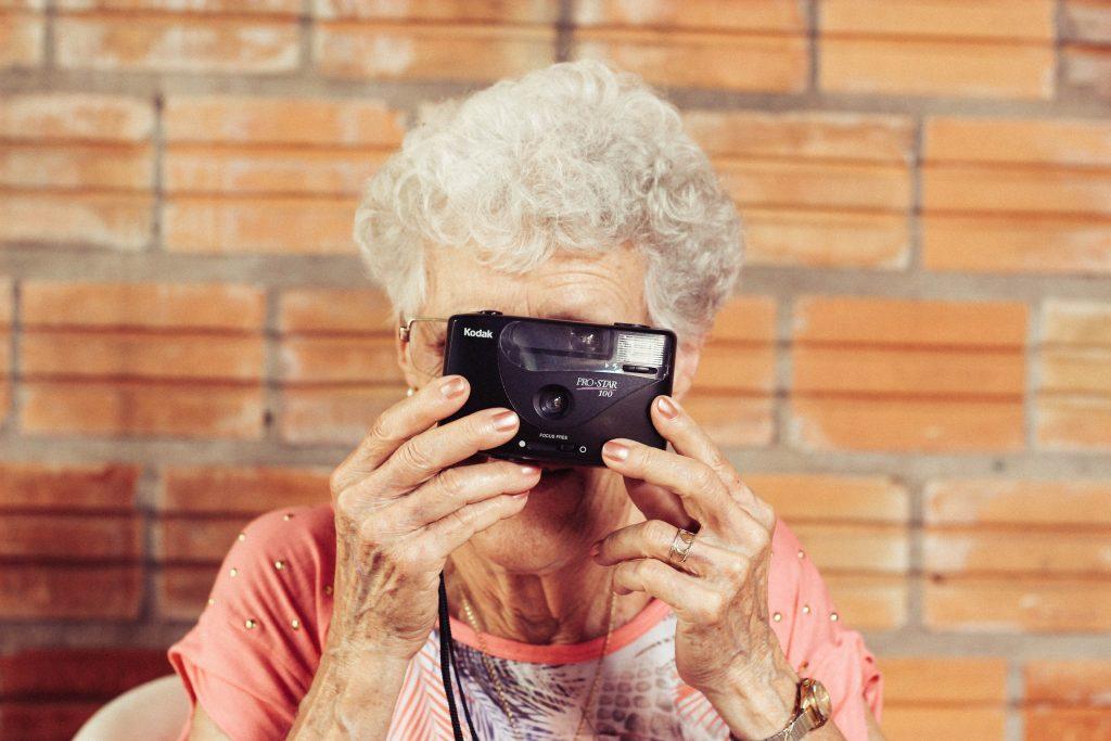 pensionist gammel kvinde fotografiapparat alderdom (Foto: Unsplash)