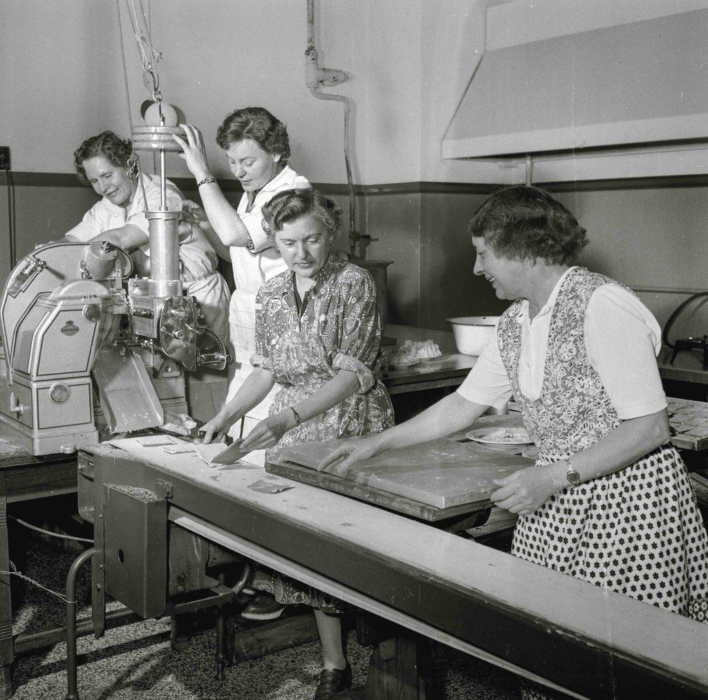 Smørrebrødsjomfruer, Women are making a lot of open sandwiches (Foto: Fra bogen. Mathias Christensen(/Politiken)