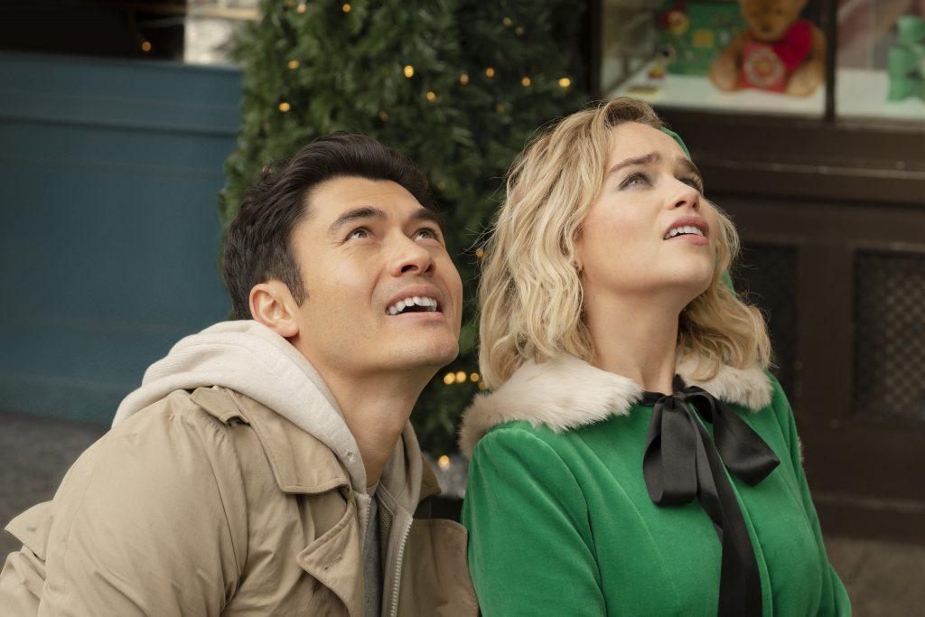 last christmas jul film julefilm (from left) Kate (Emilia Clarke) and Tom (Henry Golding) in Last Christmas, directed by Paul Feig. (Foto: UIP)