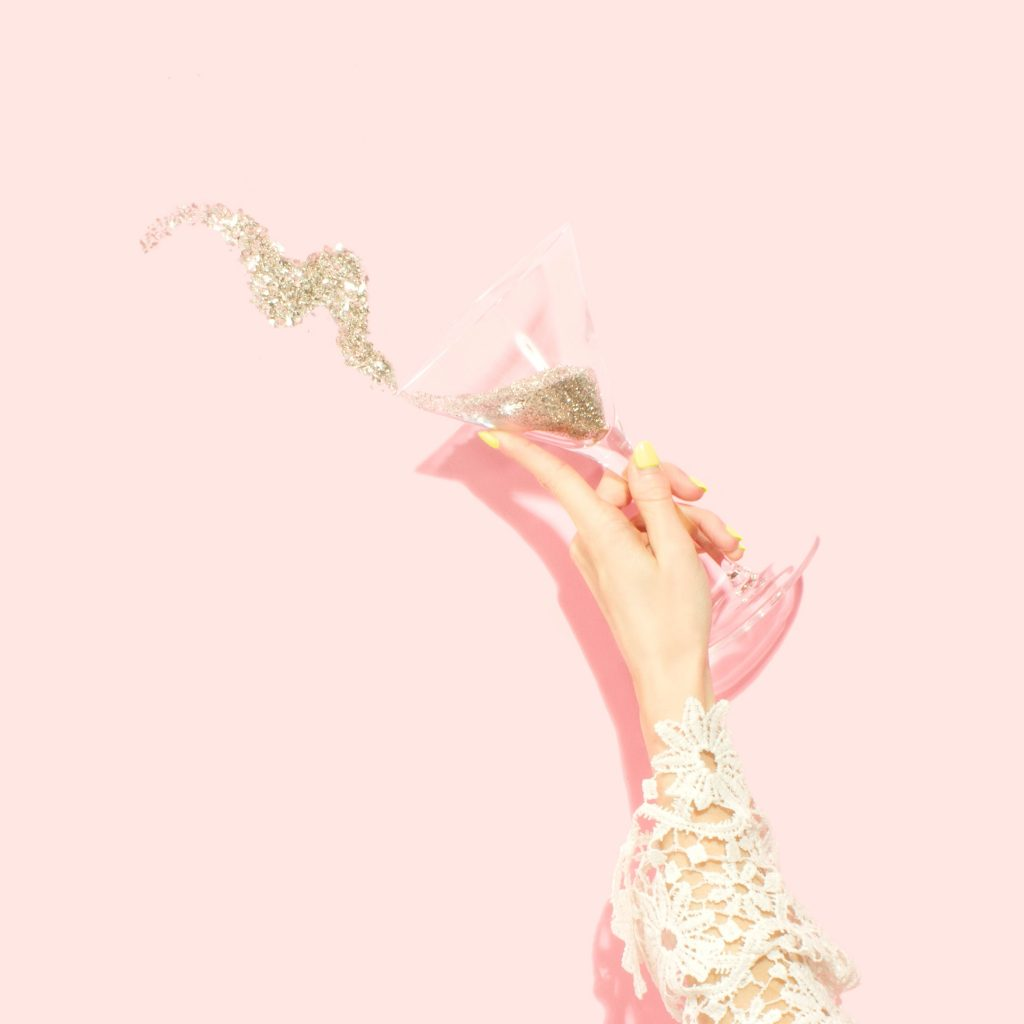 pink girly drink party lyserød glas hånd (Foto: Unsplash)