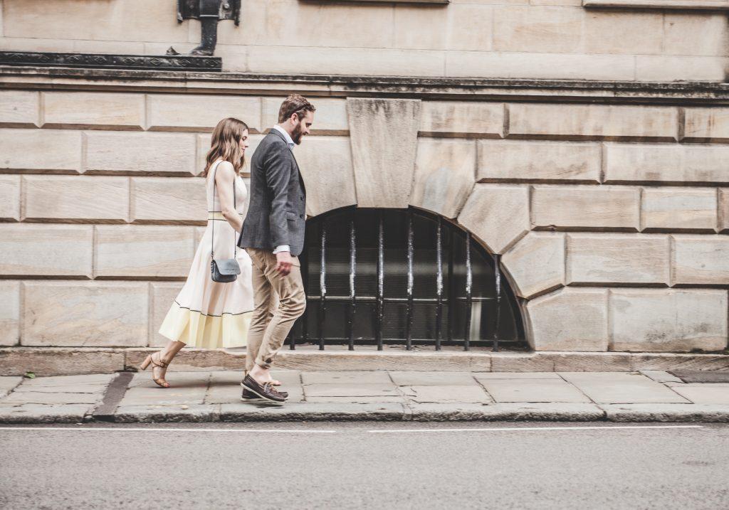 par kærester gå gaden (Foto: Unsplash
