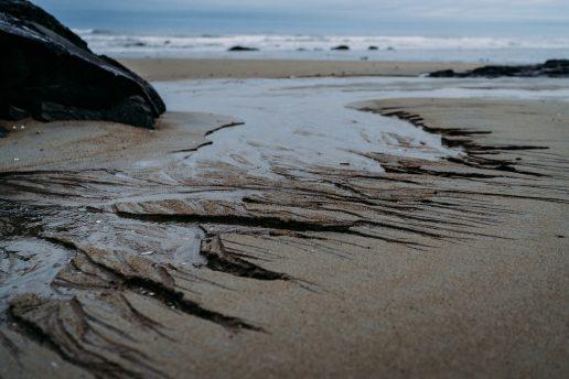 Olieudslip. Strand. Havet. Olie i havet. (Foto: Unsplash)