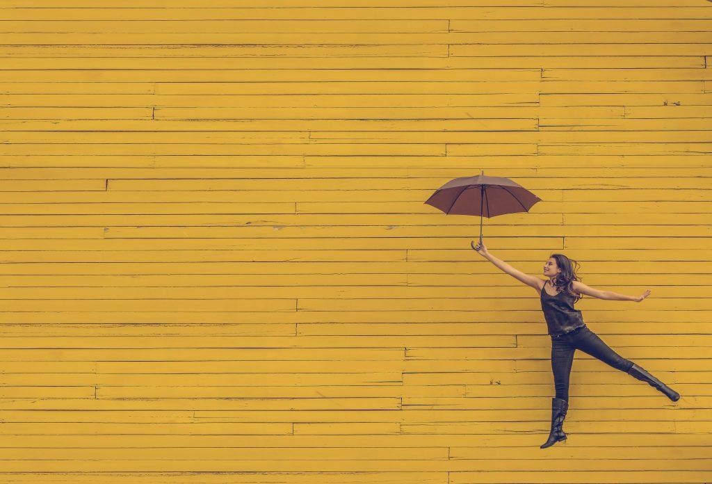 gul pige paraply glad væg (Foto: Unsplash)