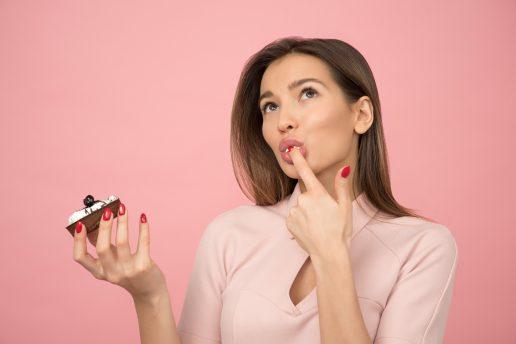 Pige, piger holder en kage, kage, cupcake, spiser, eating. (Foto: Unsplash)