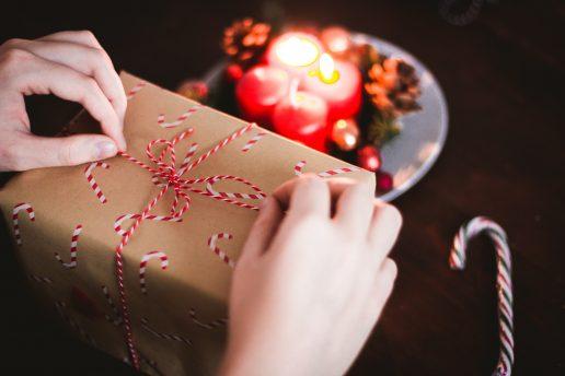 pakke julegave gave candy cane juleindpakning jul (Foto: Unsplash)