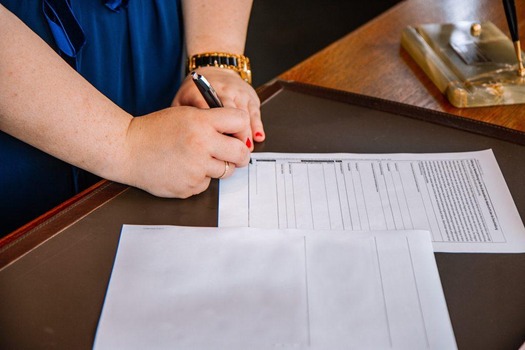 underskrive papir kuglepen kontrakt (Foto: Unsplash)