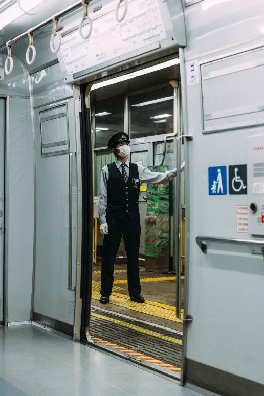 Kinesisk mand, mand, mand i tog, tog, metro, Kina. (Foto Unsplash)