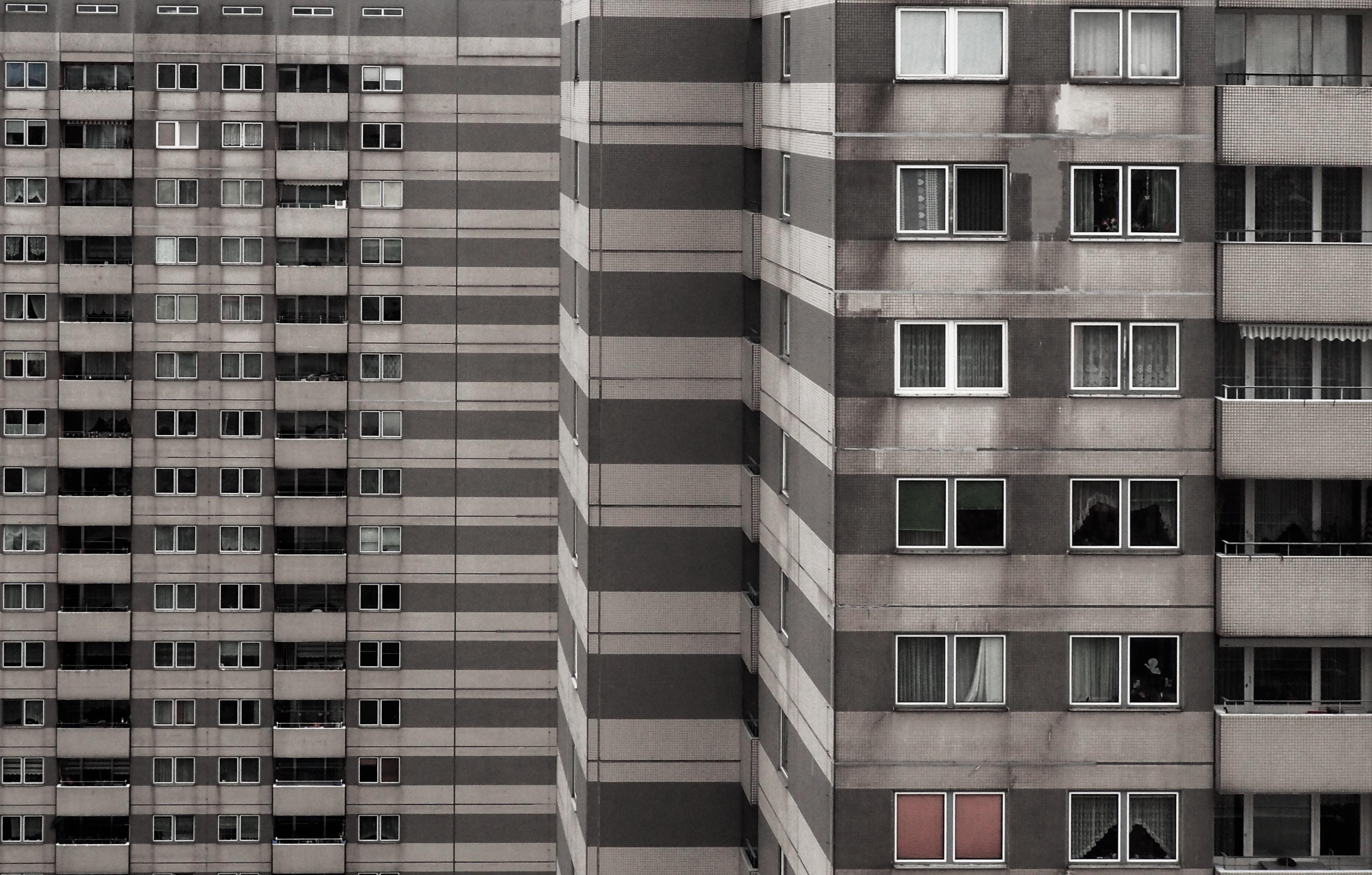 Ghetto område. Odense Kommune betaler kriminelle for at flytte ud af ghetto-område. Grå, beton bygning. (Foto: Unsplash)