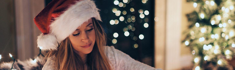nissepige jul julenisse pige kamin julegave jul (Foto: Unsplash)