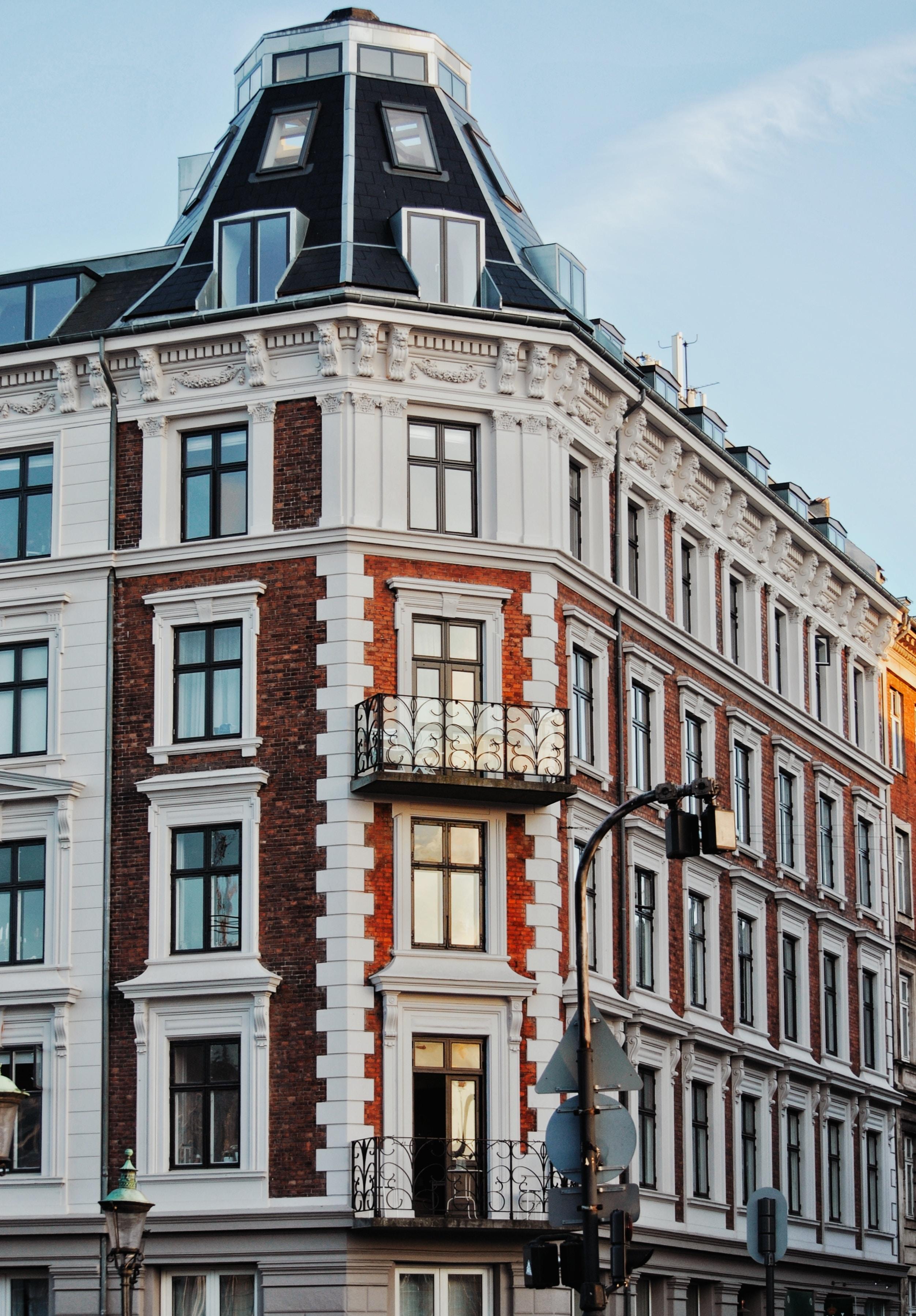 Hus. Lejligheder. Danske boligselskaber presser huslejen op ved hjælp af unødvendige renoveringer. (Foto: Unsplash)