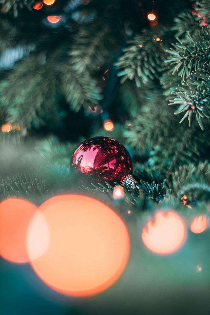 juletræ jul julekugle (Foto: Unsplash)