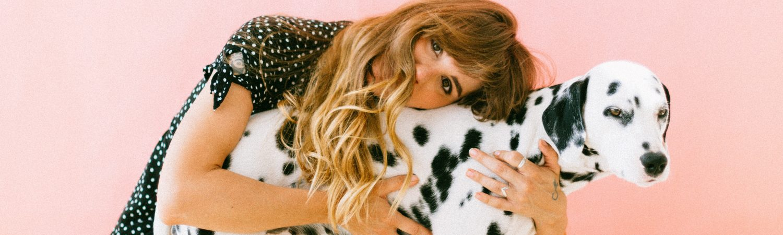 kvinde pige hund dalmatiner (Foto Pexels)