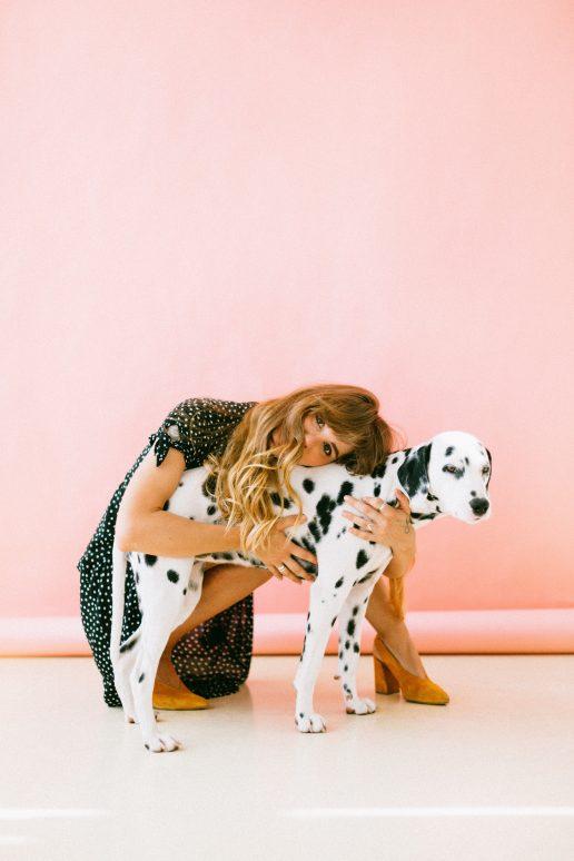 kvinde pige hun dalmatiner (Foto Pexels)