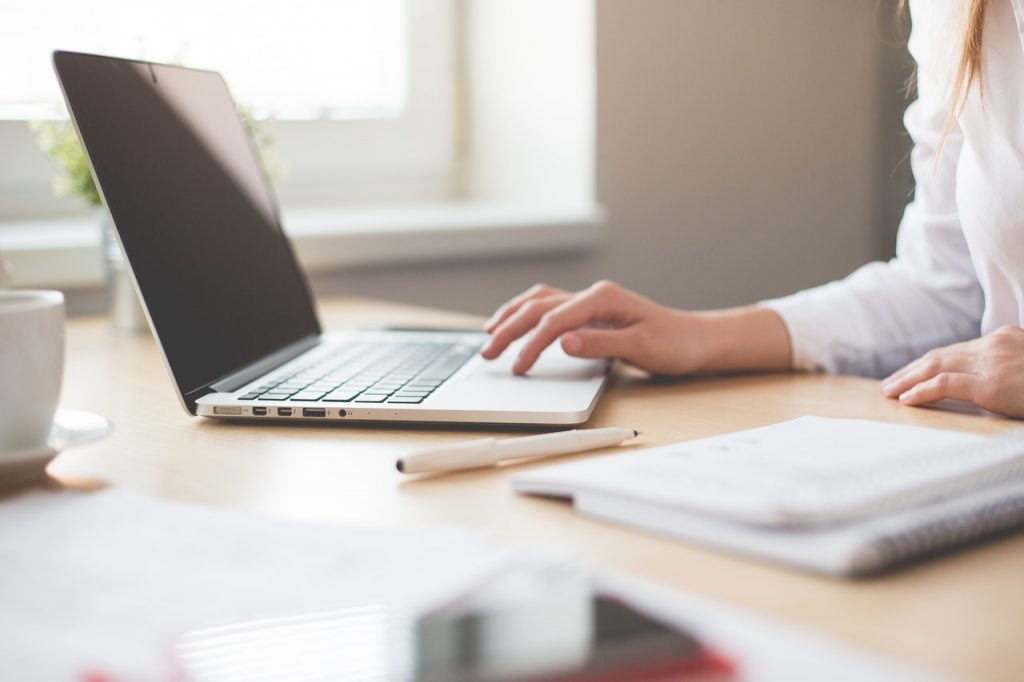 finansiering lån computer arbejde skrivebord (Foto: PR)