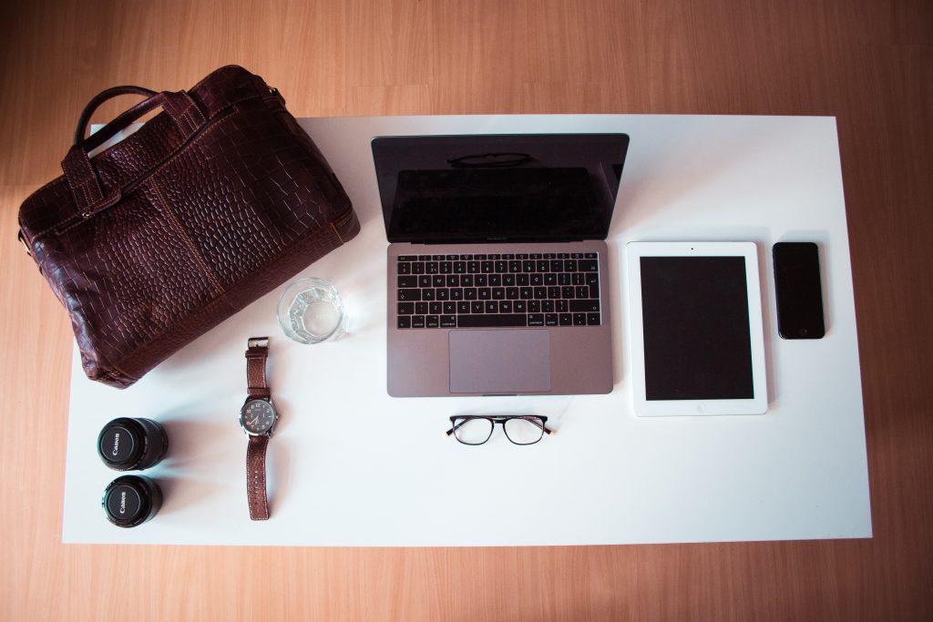 computer ipad taske briller iphone (Foto: Unsplash)
