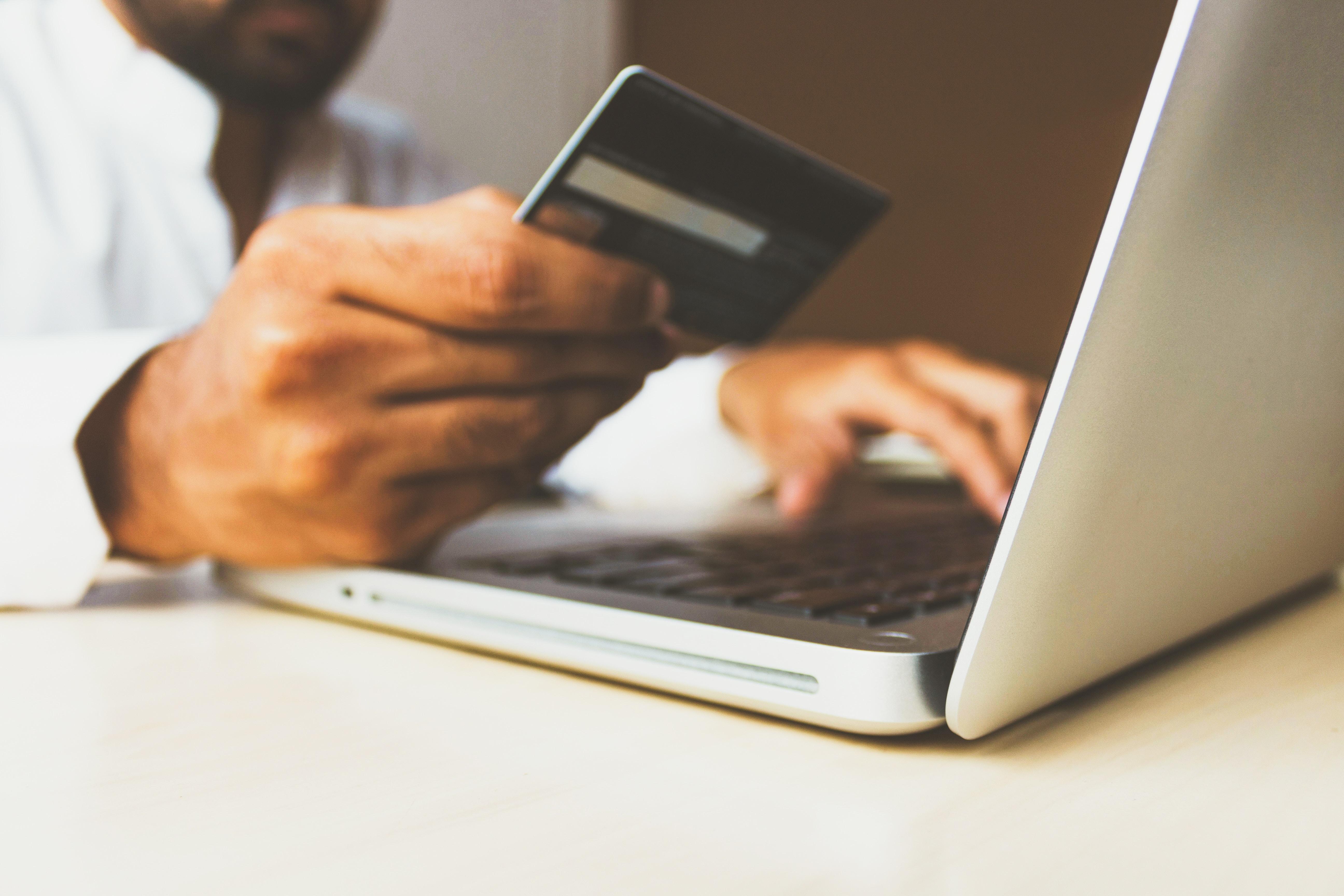 Kort, betalingskort, computer, kviklån, lån, bank, betaling. (Foto: Unsplash)