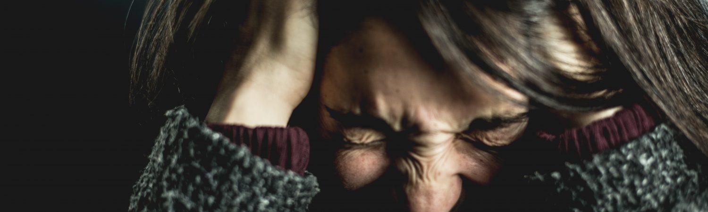 kvinde pige sur stres ondt i hovedet sur gal (Foto: Pexels)