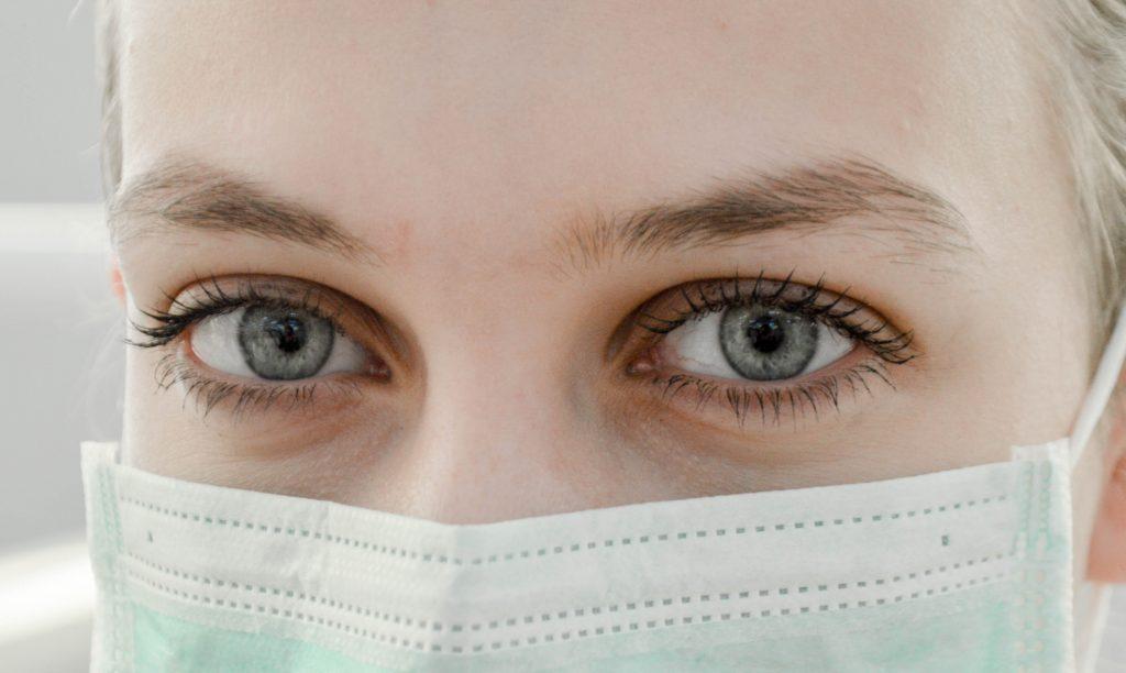 sundhed sygdom pige øjne maske (Foto: Unsplash)