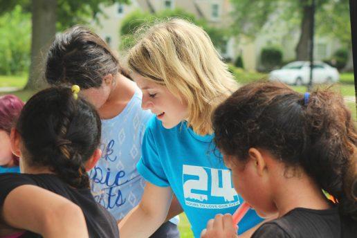 gruppe arbejde frivilligt hjælpe mennesker (Foto: Unsplash)