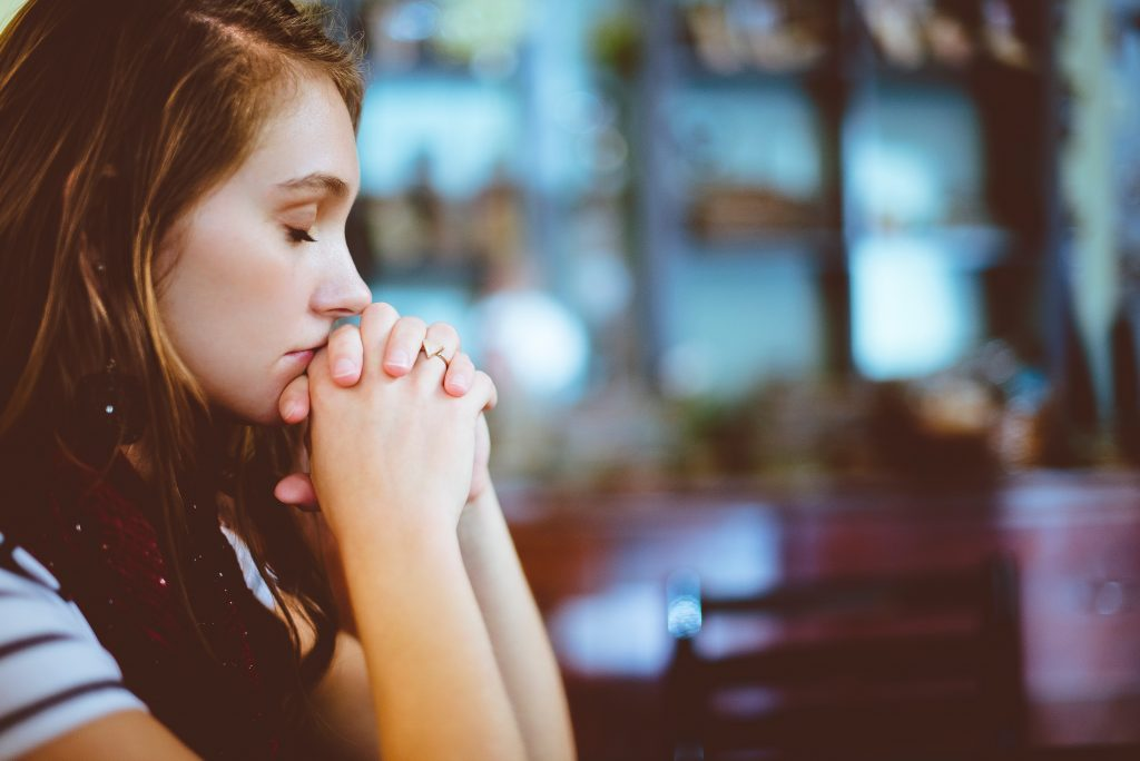 pige tænker ked beder (Foto: Unsplash)