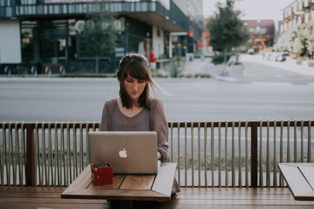 pige alene trist computer (Foto: Unsplash)