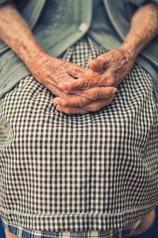 ensomhed ældre gamle mormor bedstemor (Foto: Unsplash)