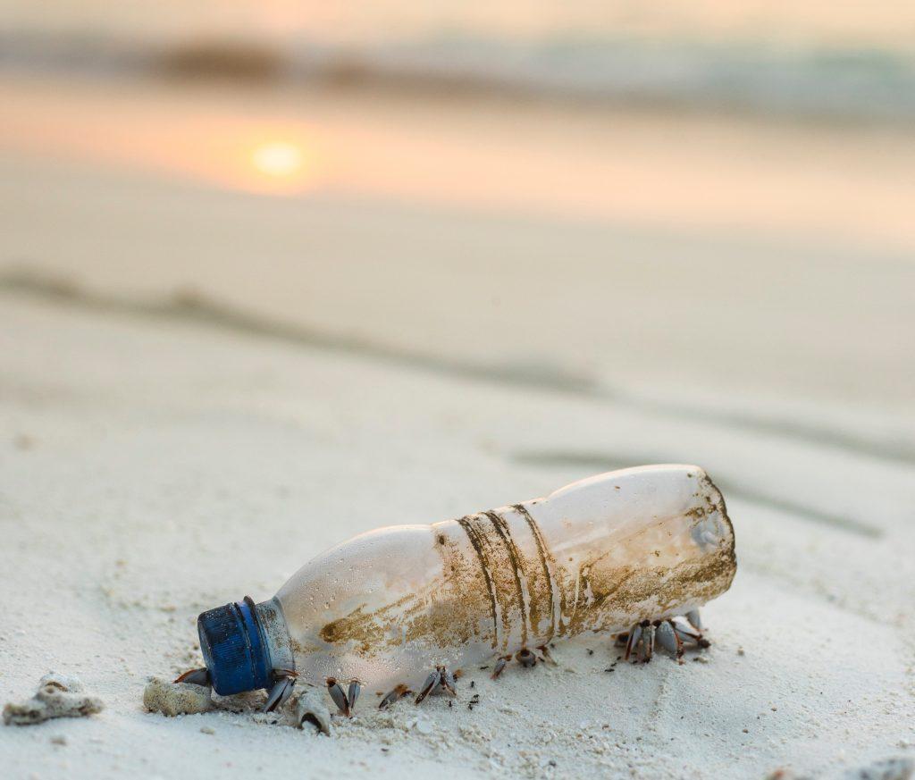 plastik strand kyst mikroplast (Foto: Unsplash)