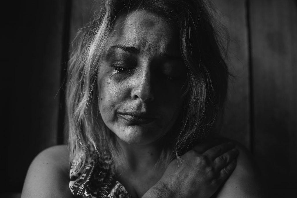 pige græder gråd trist ked af det sorg (Foto: Unsplash)
