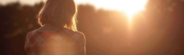 pige tænker landskab trist eftertænksom ensom (Foto: Unsplash)