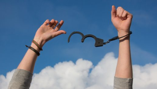 himmel sky håndjern fri hænder (Foto: Pexels)