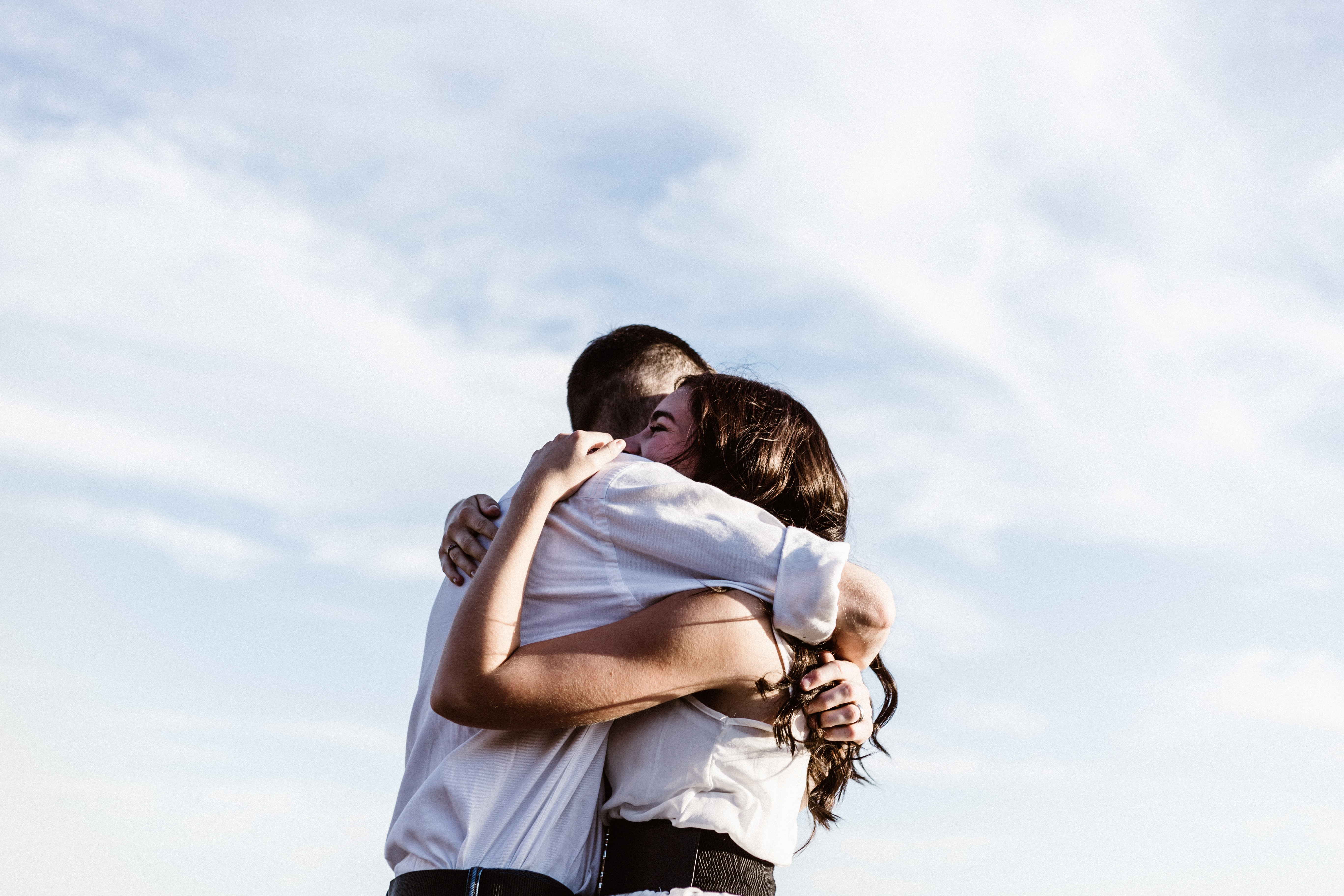 Venner, friends, kram, hugs, ensomhed. (Foto: Unsplash)