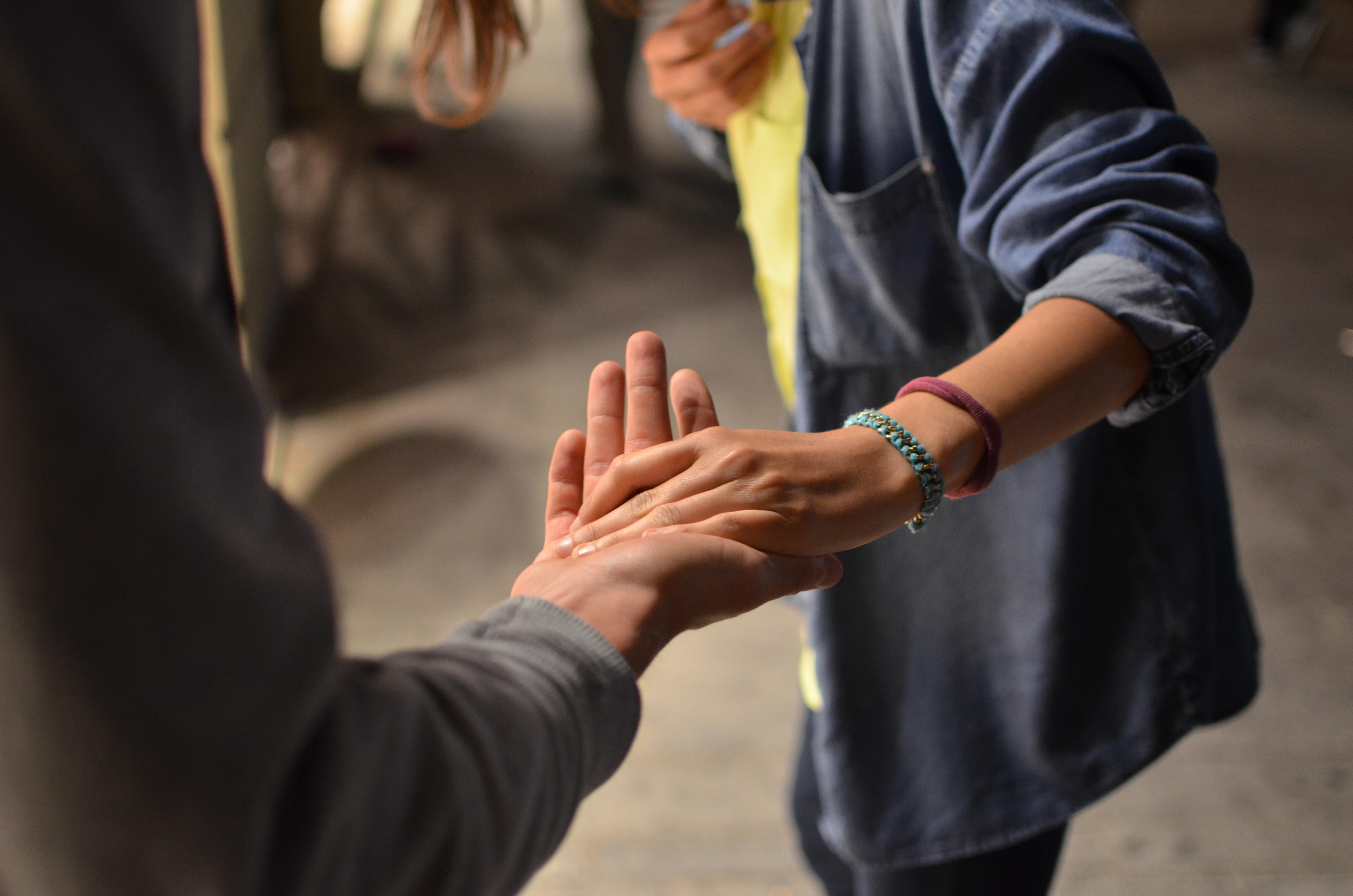 Venner, friends, hænder, hands, ta chancen, ensomhed. (Foto: Unsplash)